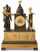 Pendule Frankreich, Restauration, um 1820 Auf Winkelfüßen Sockel mit Blattspitzenfries und darüber