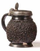 Kugelbauchkrug Niederbayern, 18. Jh. Irdenware mit hellem Scherben, schwarzbrauner Glasur und