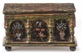Miniaturtruhe Franken, um 1700 Die Wandung mit umlaufenden Arkaden und gedrechselten Halbsäulchen,