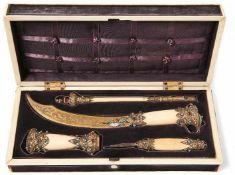 Schreibtischgarnitur im Kasten 19. Jh. Rechteckiger Holzkasten mit Beinelementen belegt und mit