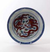Schale mit Drachendekor China, 20. Jh. Gemuldete Form über rundem Standring, im Spiegel zwei