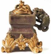 Tintenfass mit vergoldeter Montierung China, wohl Ming-Dynastie, und Paris, 18. Jh. Gefäß über