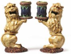 Paar figurale Leuchter Spätes 19. Jh. Auf herzförmigem Sockel aufrecht sitzende Löwen mit der