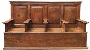 Bank aus einem Chorgestühl Mittelitalien, Anfang 16. Jh. Truhenförmiger, geschlossener Aufbau mit