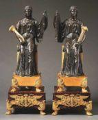 Zwei Empire-Bronzefiguren Paris, um 1810 Auf Sockeln aus Rouge-Griotte-Marmor mit Klauenfüßen und