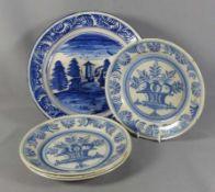 Fünf Teller mit Blaudekor Deutschland, 18. Jh. Ein großer tiefer Teller mit Architektur und vier