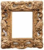 Kleiner Wandspiegel Mittelitalien, 17. Jh. Durchbrochen geschnitzter Rahmen aus Volutenranken und
