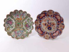 Zwei Teller China und Japan, 19./20. Jh. Famille-rose-Teller mit gezacktem Rand und vier Reserven