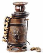 Ritualgefäß der ChokweKongo, um 1920In Fassform auf rundem, durchbrochenem Sockel, hoher Deckel in