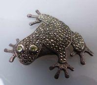 Figürliche Brosche1. H. 20. Jh.In Form eines Frosches, flächendeckend besetzt mit Markasiten und
