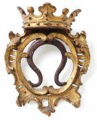 Zunftzeichen der HufschmiedeUm 1760Ovaler, geschnitzter Rahmen mit Rocaillen und Blattwerk