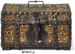 Kassette17. Jh.Quaderförmiger Holzkorpus mit genieteten Eisenbändern und belegt mit dünnem Blech(
