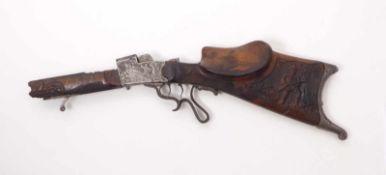 Fragment eines Feuerstutzens19. Jh.Figürlich geschnitzter Schaft mit Tiroler Backe und Daumenkanzel,