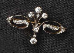 BrillantbroscheUm 1900Im sog. Girlandenstil, besetzt mit 19 Diamanten im Altschliff. Gold 18 ct,