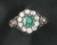 Diamant-Smaragd-RingUm 1800Teilweise floral verzierte Schiene, blütenförmige Schauseite besetzt