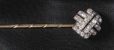 Art-Déco-ReversnadelUm 1930Stilisierter Blütenkopf, besetzt mit acht Saphiren und zehn Diamanten