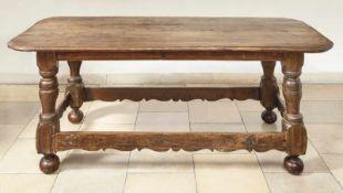 Großer TischUm 1770Auf durch Fußtrittleisten verbundenen Balusterbeinen flache Zarge, überstehende,