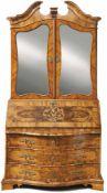 Barock-AufsatzsekretärWohl Dresden, um 1750Auf Winkelfüßen dreischubiger, mittig ausgebauchter