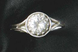 Brillant-Solitärring20. Jh.Glatte, sich verjüngende Schiene, schauseitig besetzt mit einem Diamanten