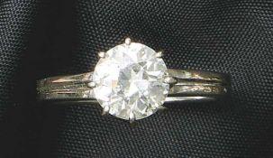 Solitärring2. H. 20. Jh.Geteilte Schiene mit gehöhter Schauseite, besetzt mit einem Diamanten im
