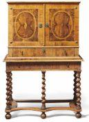 Cabinet on StandEngland, um 1700Auf Untergestell mit fünf spiralig gedrechselten, durch Stege