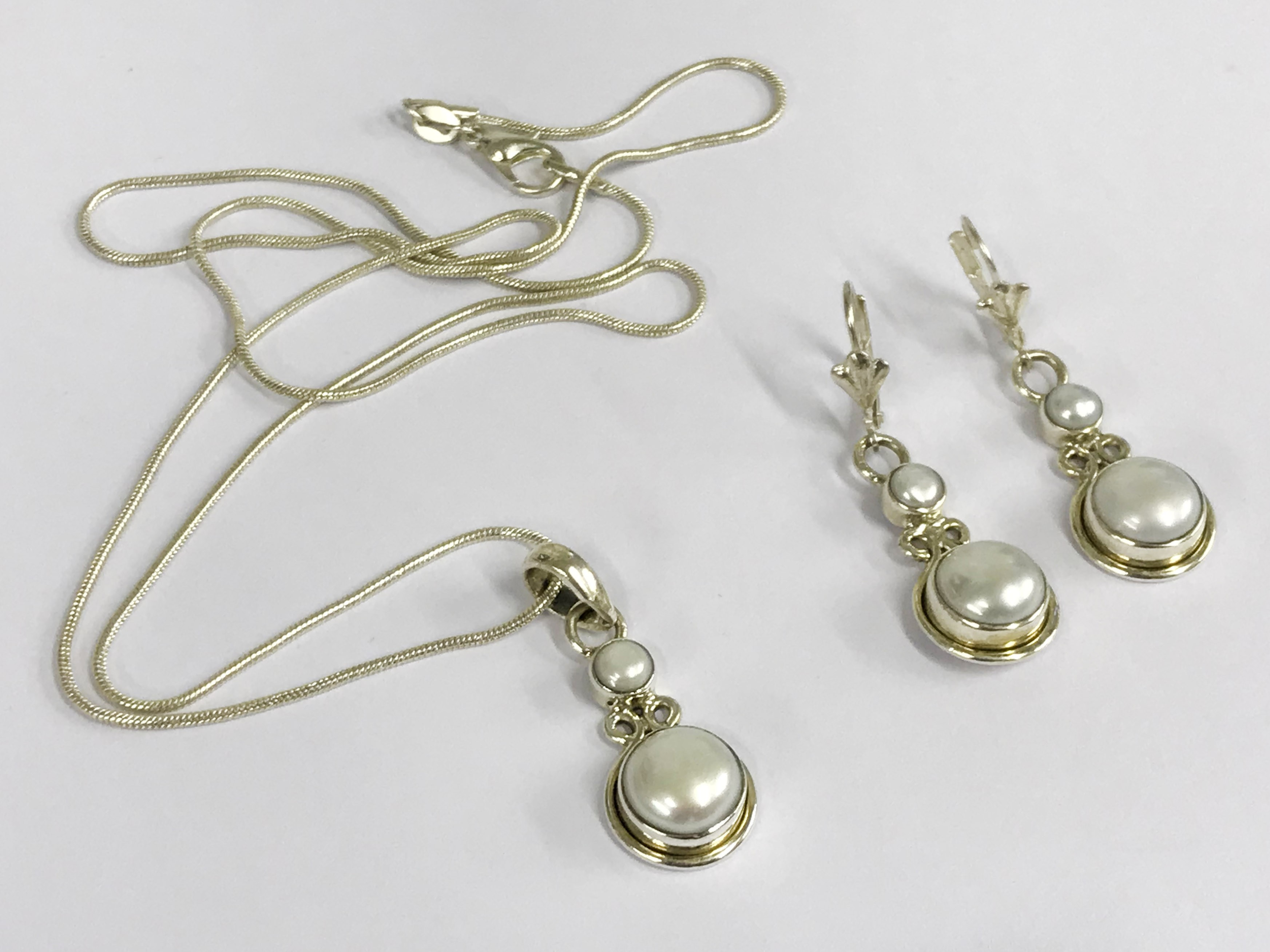 Lot 30 - Sterling silver south sea pearl set
