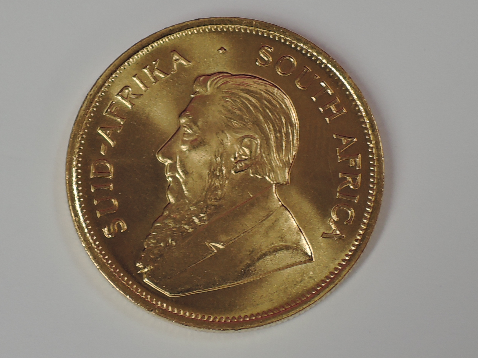Lot 626 - A gold 1oz 1982 South African Krugerrand coin, in plastic case