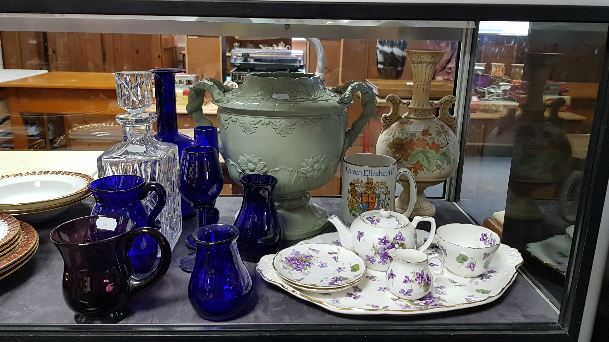 Lot 28 - Various items of decorative china, pottery & glassware.