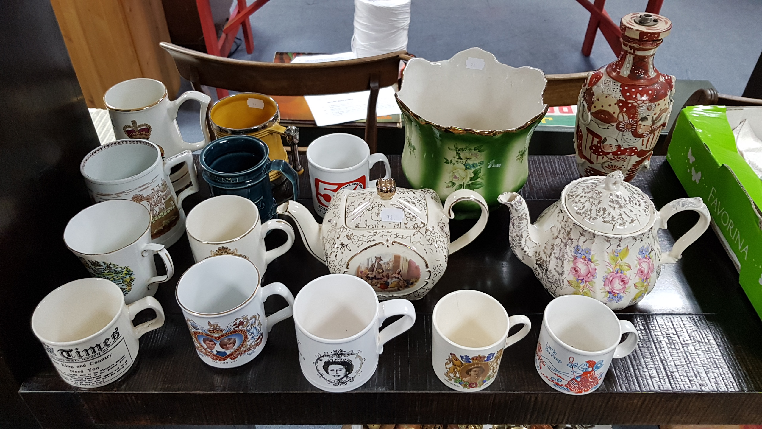 Lot 34 - Various items of household linen; & various items of decorative china, pottery, etc.