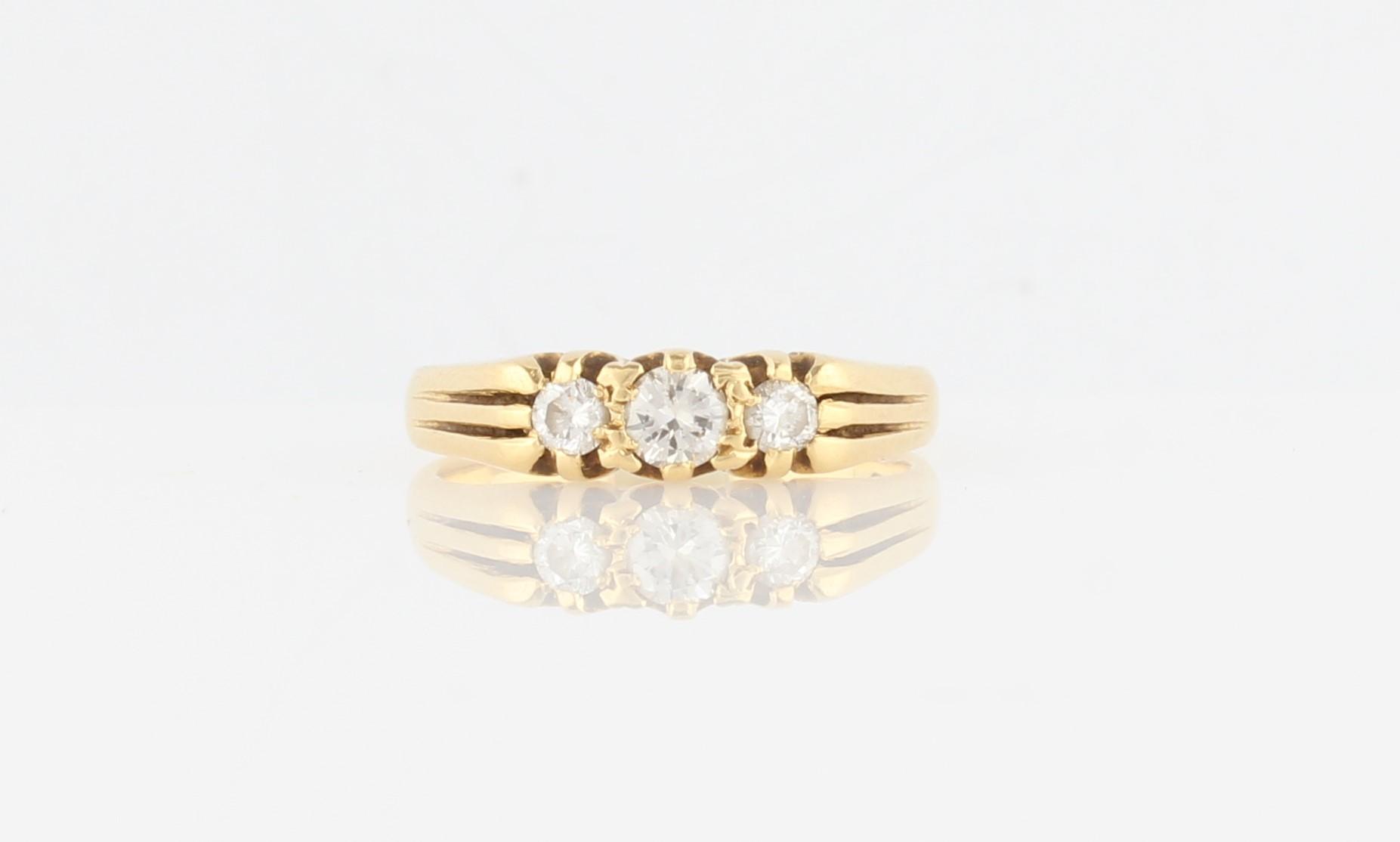 Lot 33 - A hallmarked 18ct yellow gold three stone diamond ring, set with three graduated round brilliant cut