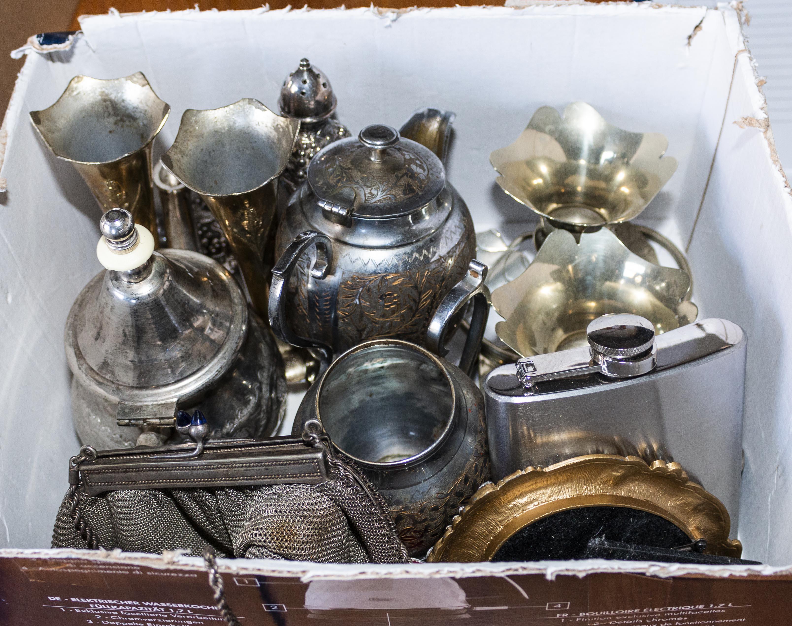 Lot 26 - A box of metal ware