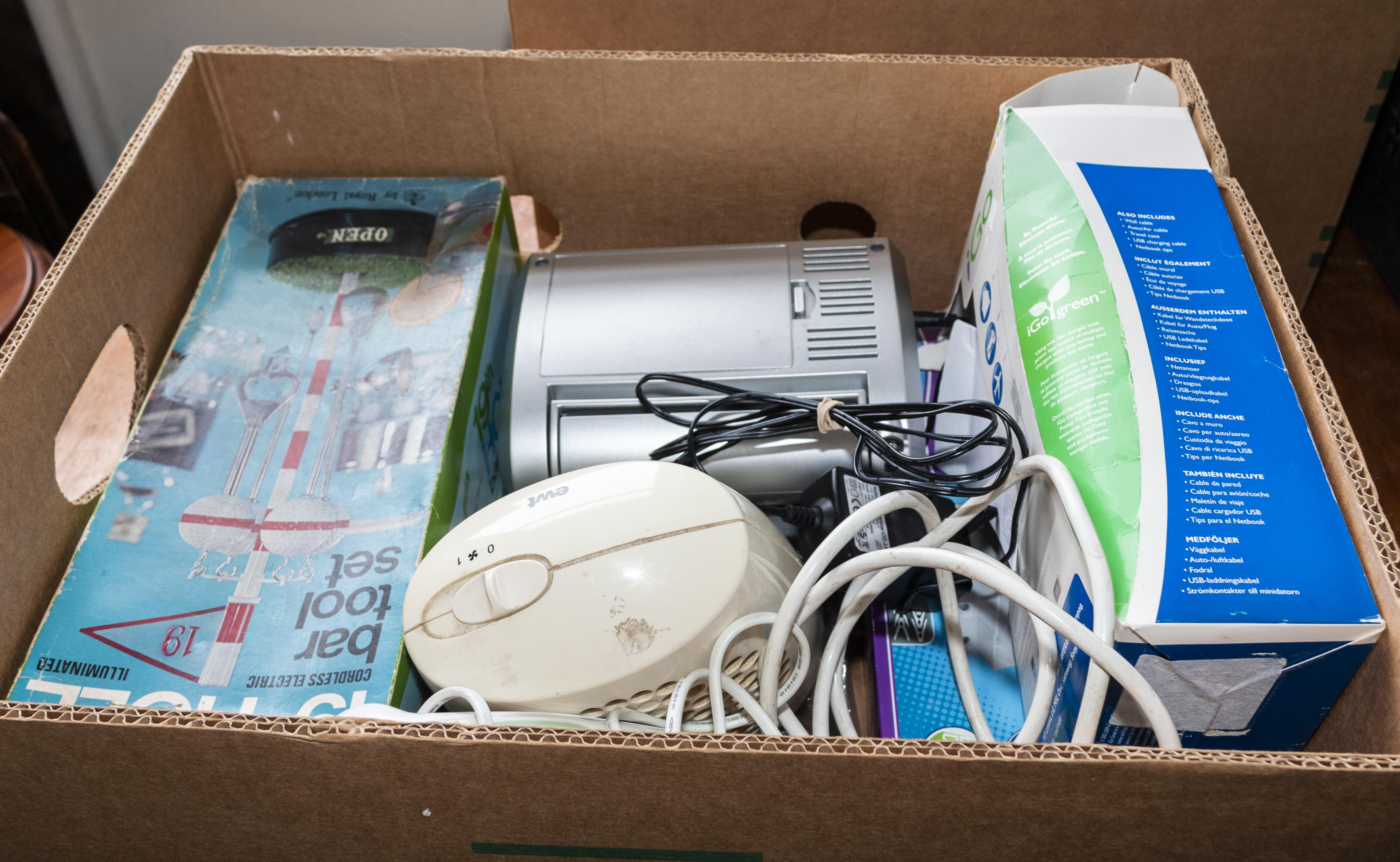 Lot 9 - A box of assorted electrical items