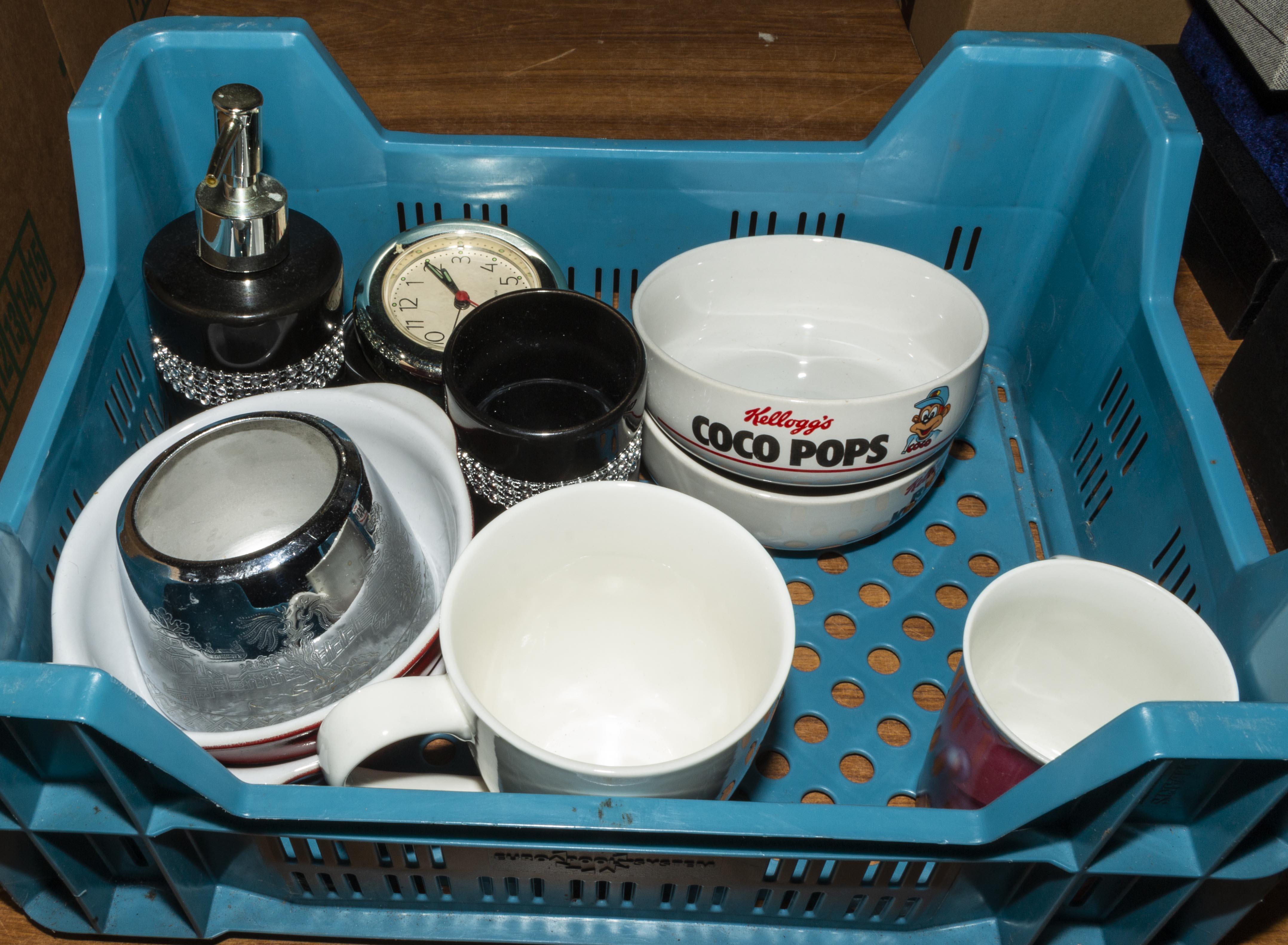 Lot 34 - A small box of pottery