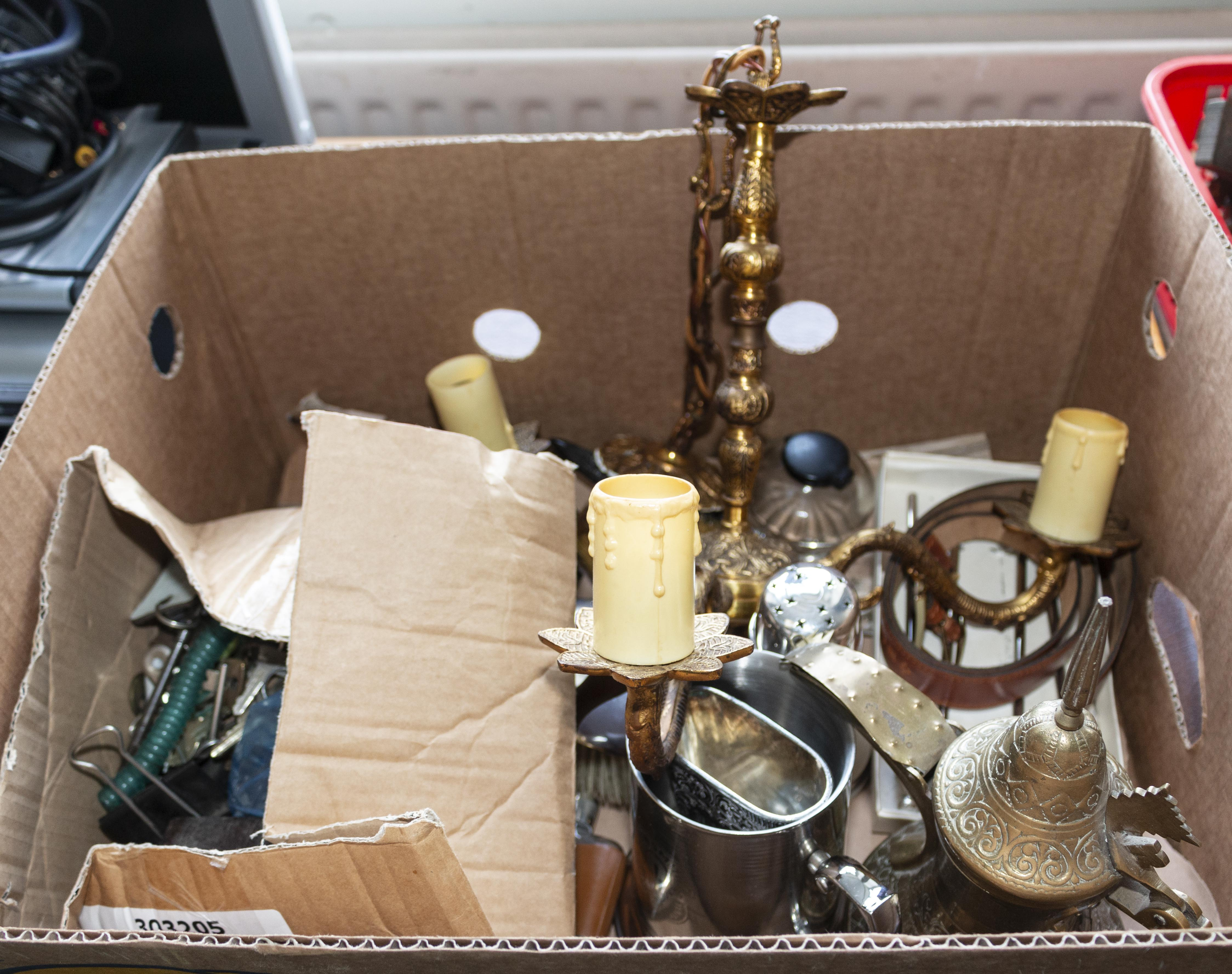 Lot 19 - A box of assorted metal ware