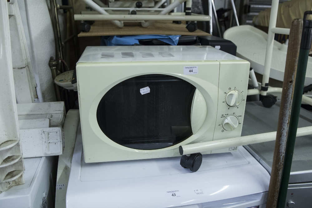 Lot 44 - A MICROWAVE OVEN