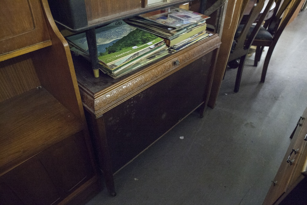 Lot 47 - A BLANKET CHEST AND AN OBLONG DRESSING MIRROR AND A SET OF WOODEN PLATFORM STEPS