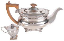 An Edwardian silver teapot, hallmarked Chester 1907