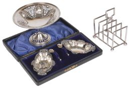 A boxed pair of Edwardian silver salts with spoons, hallmarked Birmingham 1902,