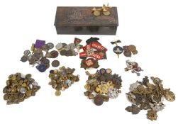 Collection of WW1 and later cap badges and related items (qty)