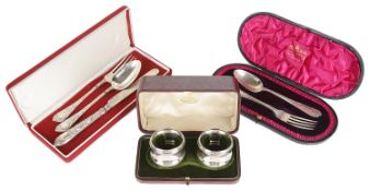 A George V cased set of two silver napkin rings, hallmarked Birmingham 1913