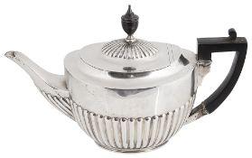 An Edwardian silver teapot, hallmarked London 1908