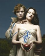 Lot 45 - Twilight signed 10 x 8 colour Portrait Photo Signed By Robert Pattison & Kristen Stewart, from in