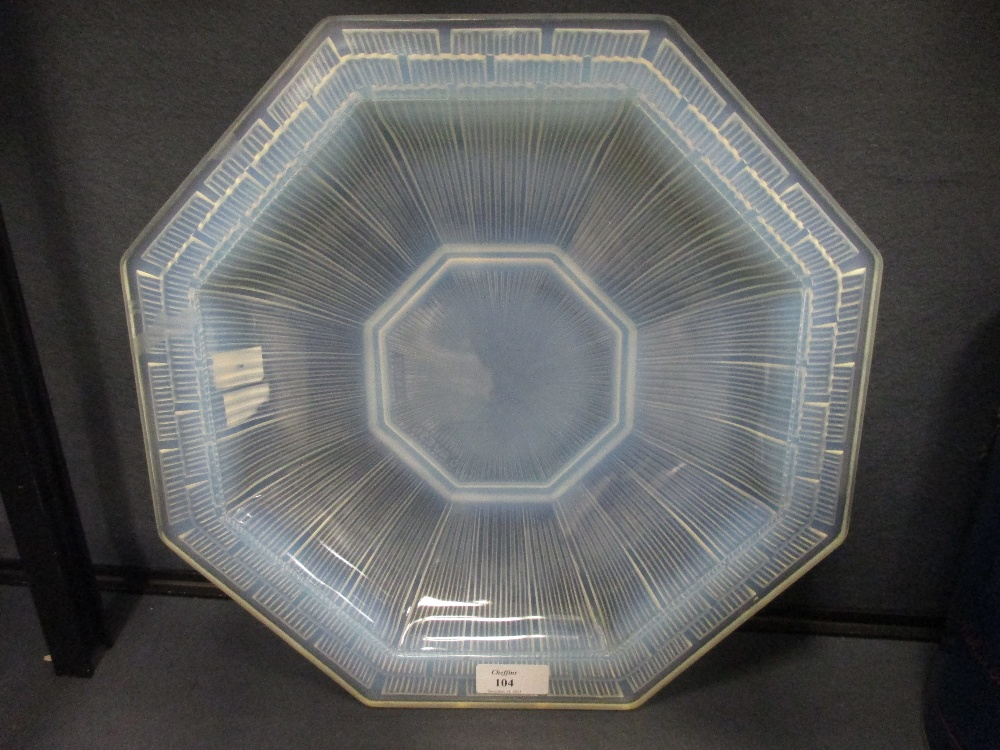 Lot 17 - A 1930's d'Avesn glass dish