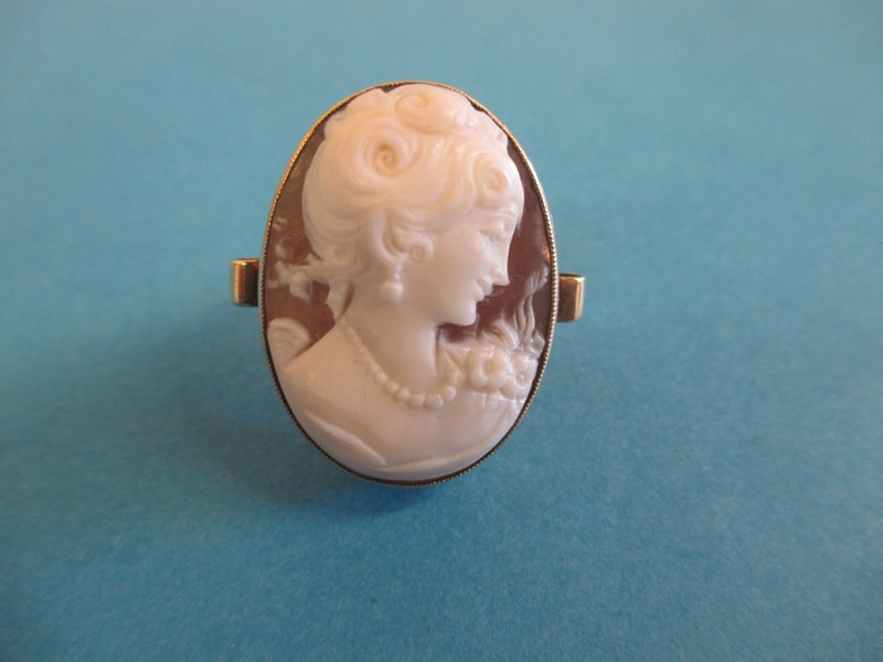 Lot 35 - A 9ct gold cameo ring