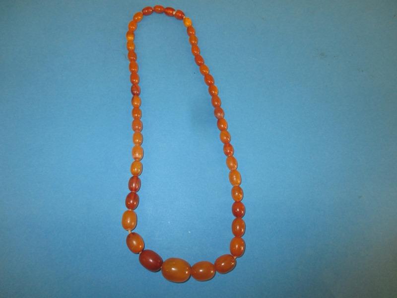 Lot 51 - A vintage natural amber necklace
