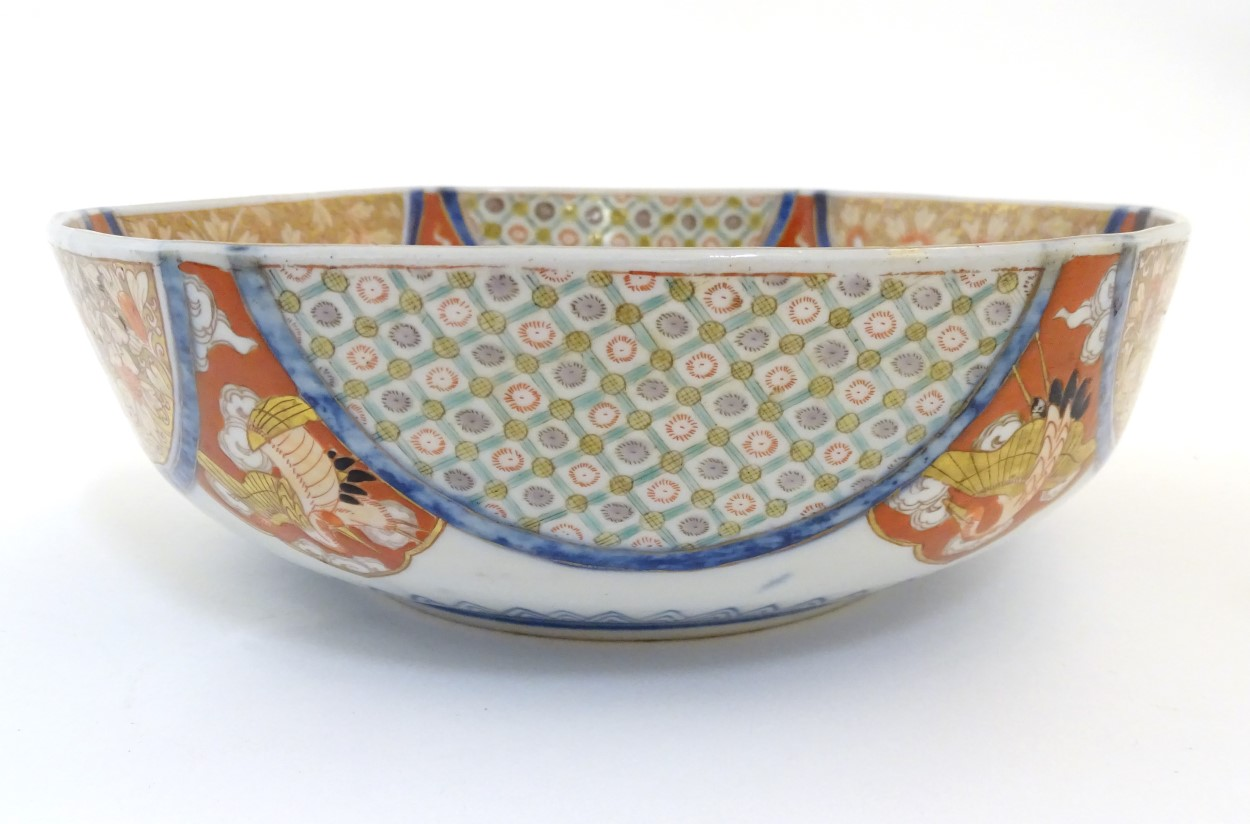 Lot 28 - A graduated set of three hexagonal Japanese Fukagawa Seiji bowls decorated with stylised cranes