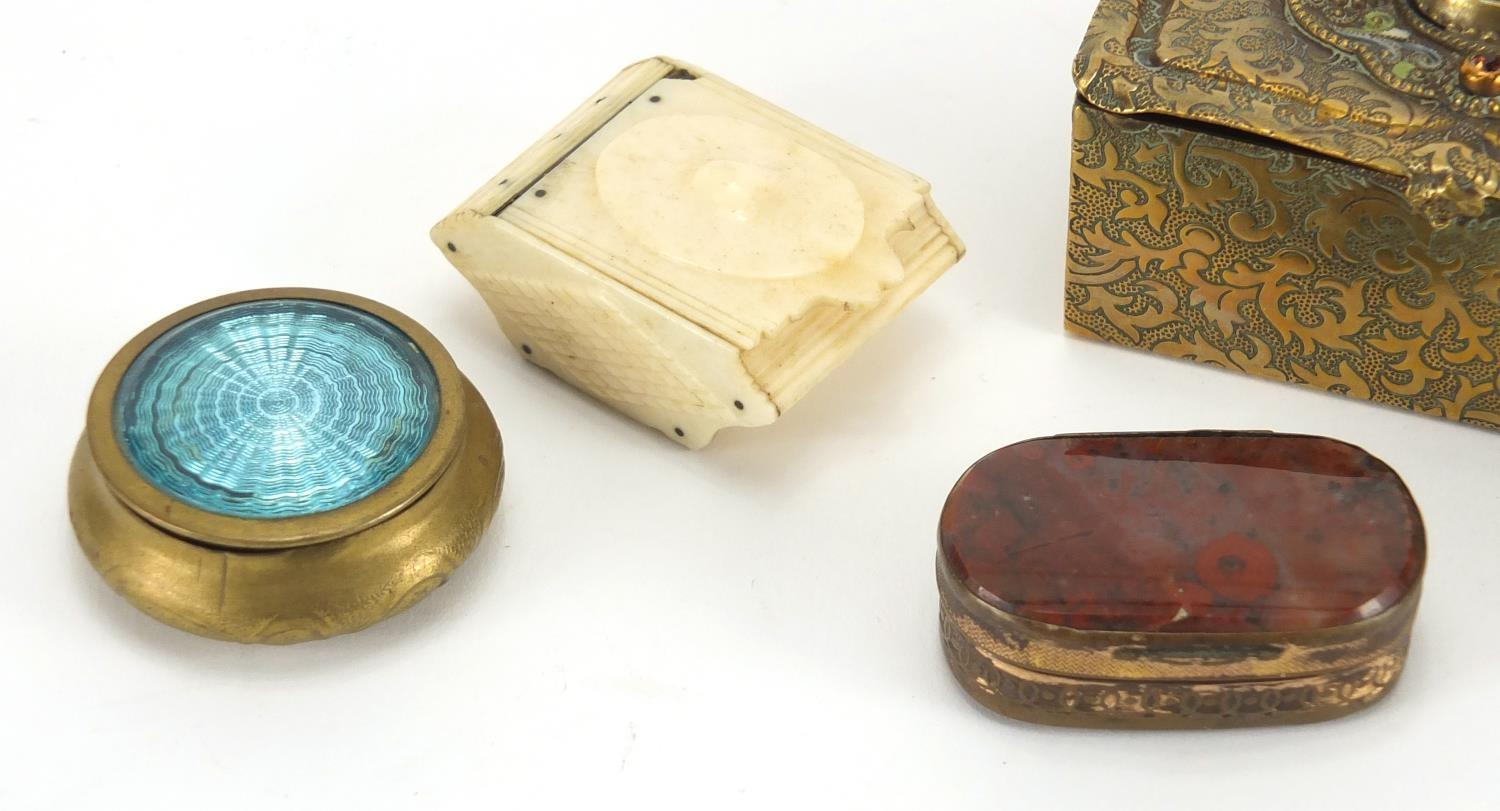 Lot 21 - Antique and later snuff boxes and trinkets including moss agate example, circular brass example with