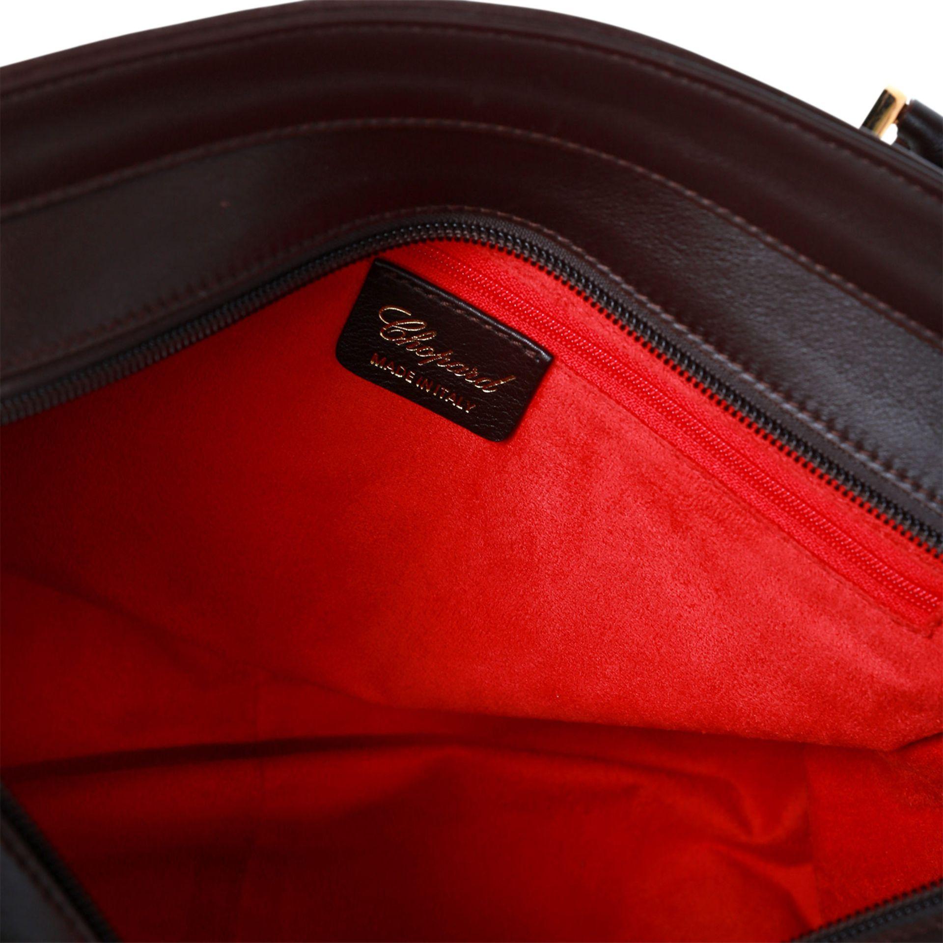 CHOPARD GENÈVE Henkeltasche. Bowlingbagform aus perlweißem Textil, bordeauxfarbene Lederdetails - Bild 13 aus 14