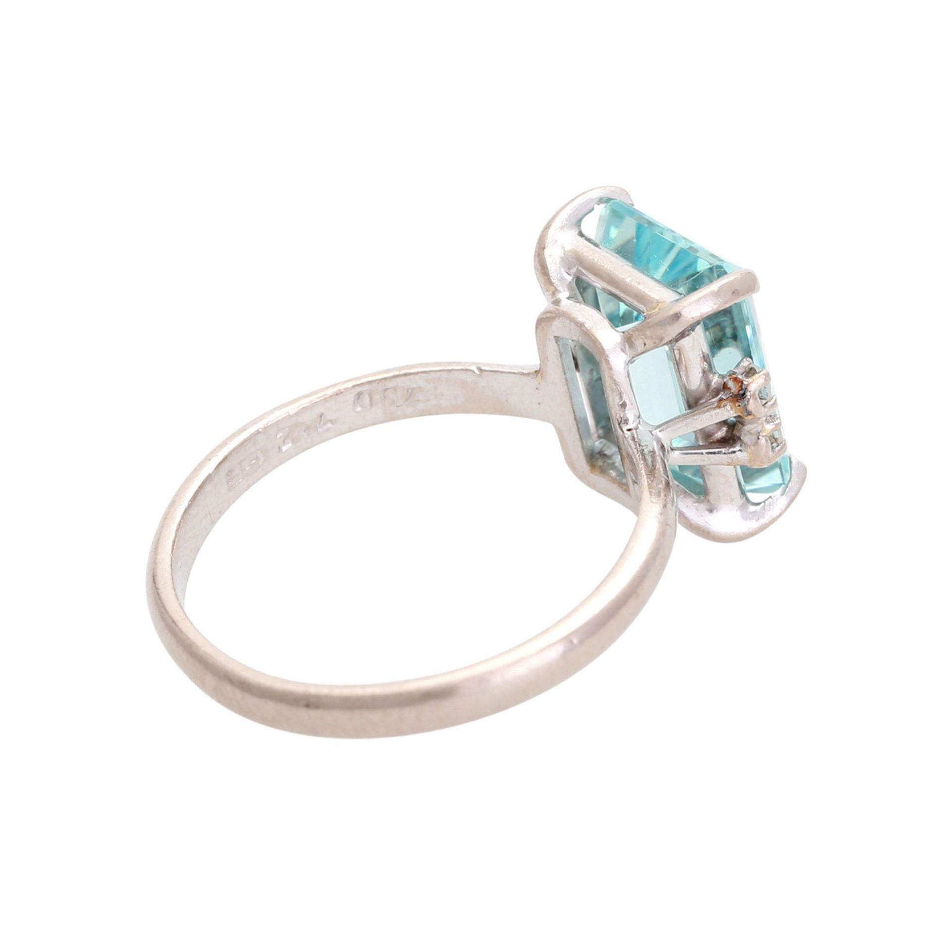 Los 105 - Ring mit Aquamarin im Treppenschliff, ca. 10,5 x 8 mm, seitl. mit je 2 kl. Steinen besetzt, WG