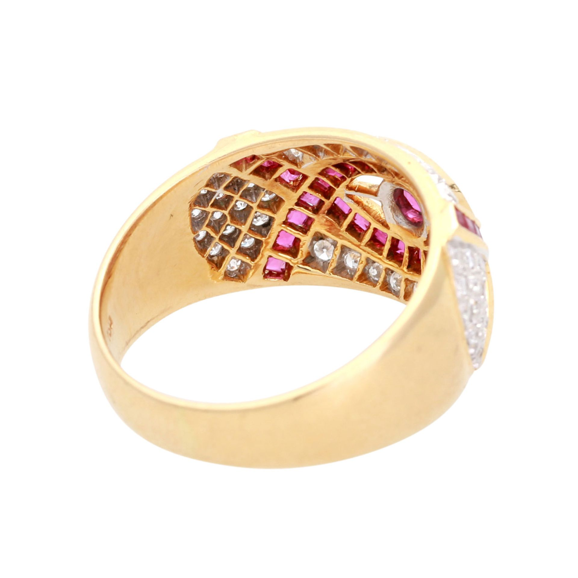 Los 67 - Ring mit Diamantbesatz, zus. ca. 0,35 ct, LGW (I-J) / SI, und Rubinen, 1x rund facettiert,